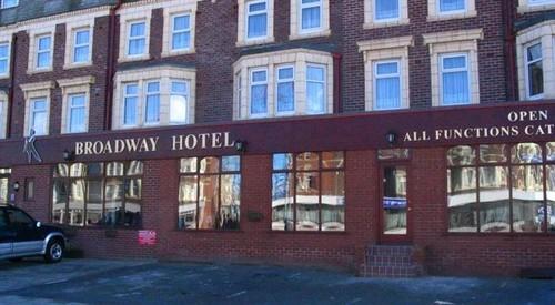 """""""Um casebre podre e fedorento"""", foi assim que Tony e Jan Jenkinson descreveram o Broadway Hotel"""