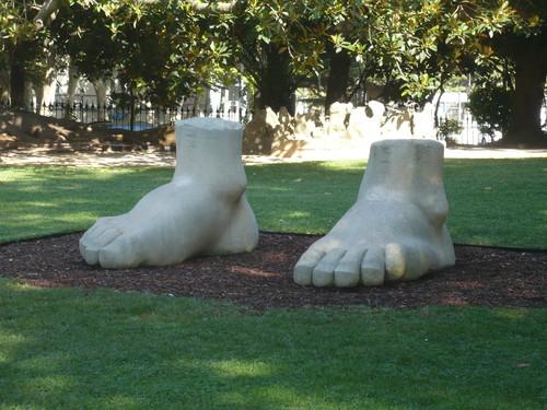 a pés juntos