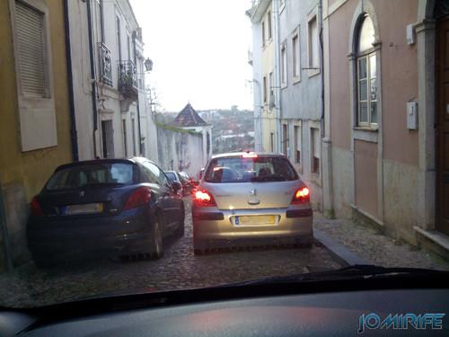 Trânsito por passagens estreitas na Rua da Couraça Lisboa em Coimbra [en] Narrow passages in the Couraça Lisboa street in Coimbra Portugal