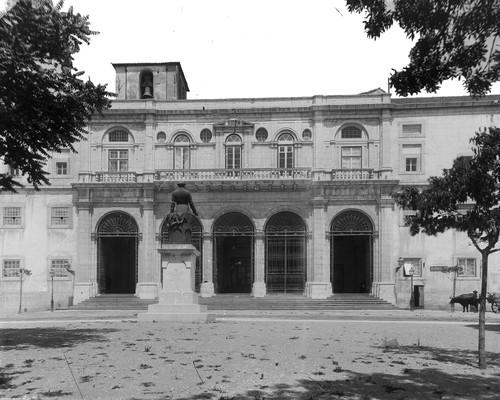 Palácio de São Bento, fachada com a estátua de