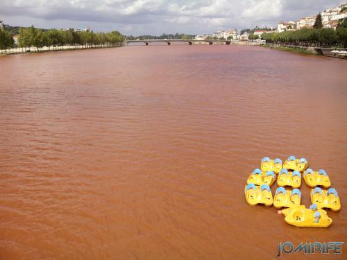 Rio Mondego em Coimbra ficou castanho por causa das grandes chuvas que moveram terra ao longo do rio [en] Mondego River in Coimbra Portugal turned brown because of the heavy rains that moved dirt along the river