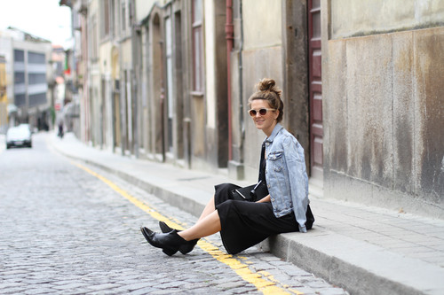 clochet-streetstyle-outfit-black-midi-dress-denim-