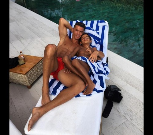Cristiano Ronaldo e o filho a relaxar