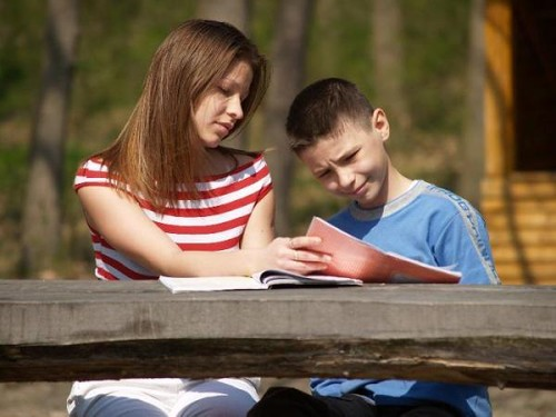 Mãe e filho a estudar