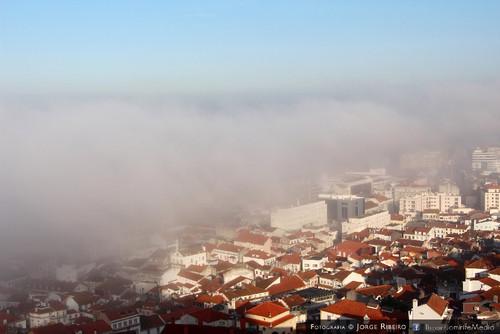 O intenso nevoeiro matinal em Coimbra cobriu por completo a zona da baixa da cidade deixando algumas zonas da cidade sem visibilidade, que ao ser visto de um ponto alto da Cidade, parece que a cidade está debaixo das nuvens