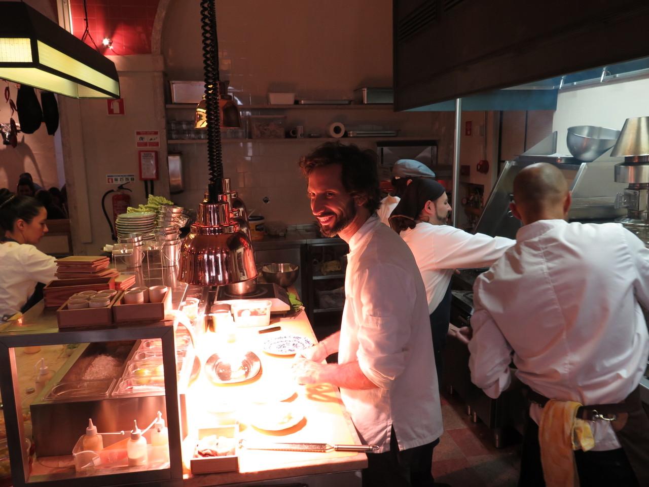 José Avillez na cozinha aberta da TABERNA do BAIRRO DO AVILLEZ