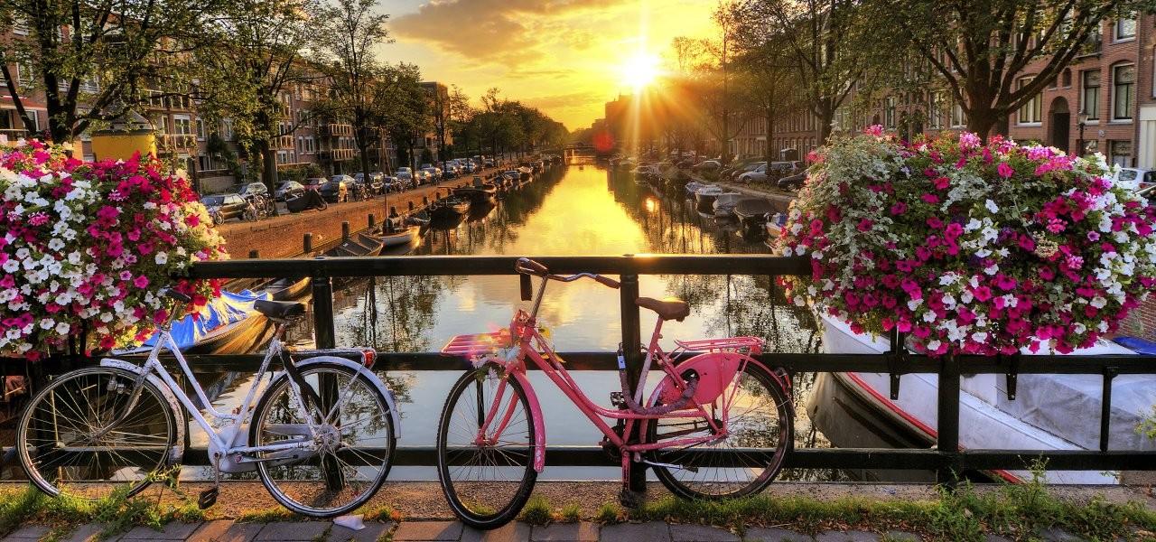fietsen-grachten-hotels-amsterdam.jpg