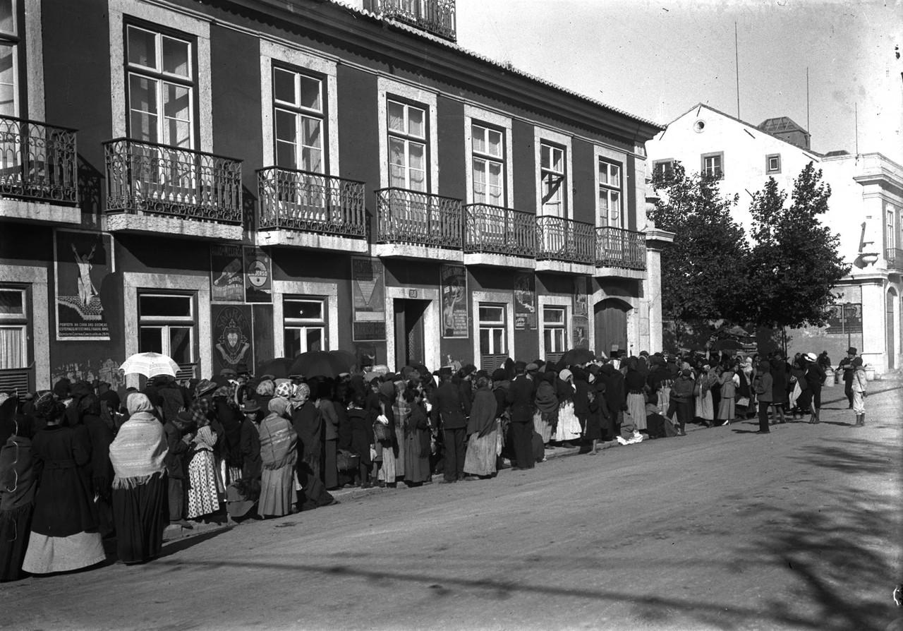 Na Junqueira, as pessoas aguardam a abertura do ar