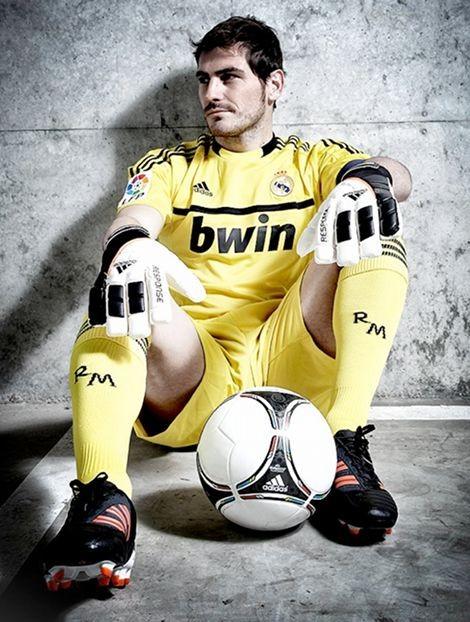 iker-casillas-adidas-goalkeeper-gloves-football-bo