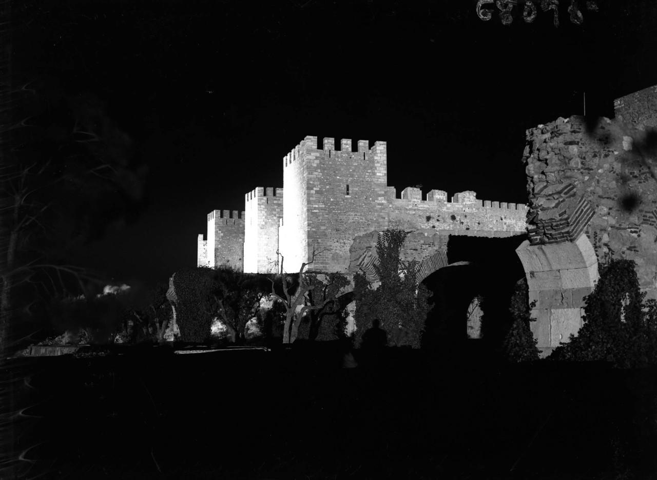 O castelo de São Jorge iluminado.jpg