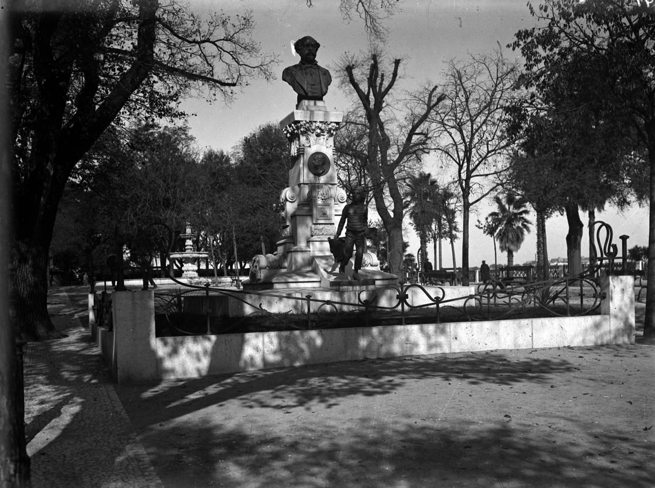 Monumento a Eduardo Coelho no jardim de São Pedro