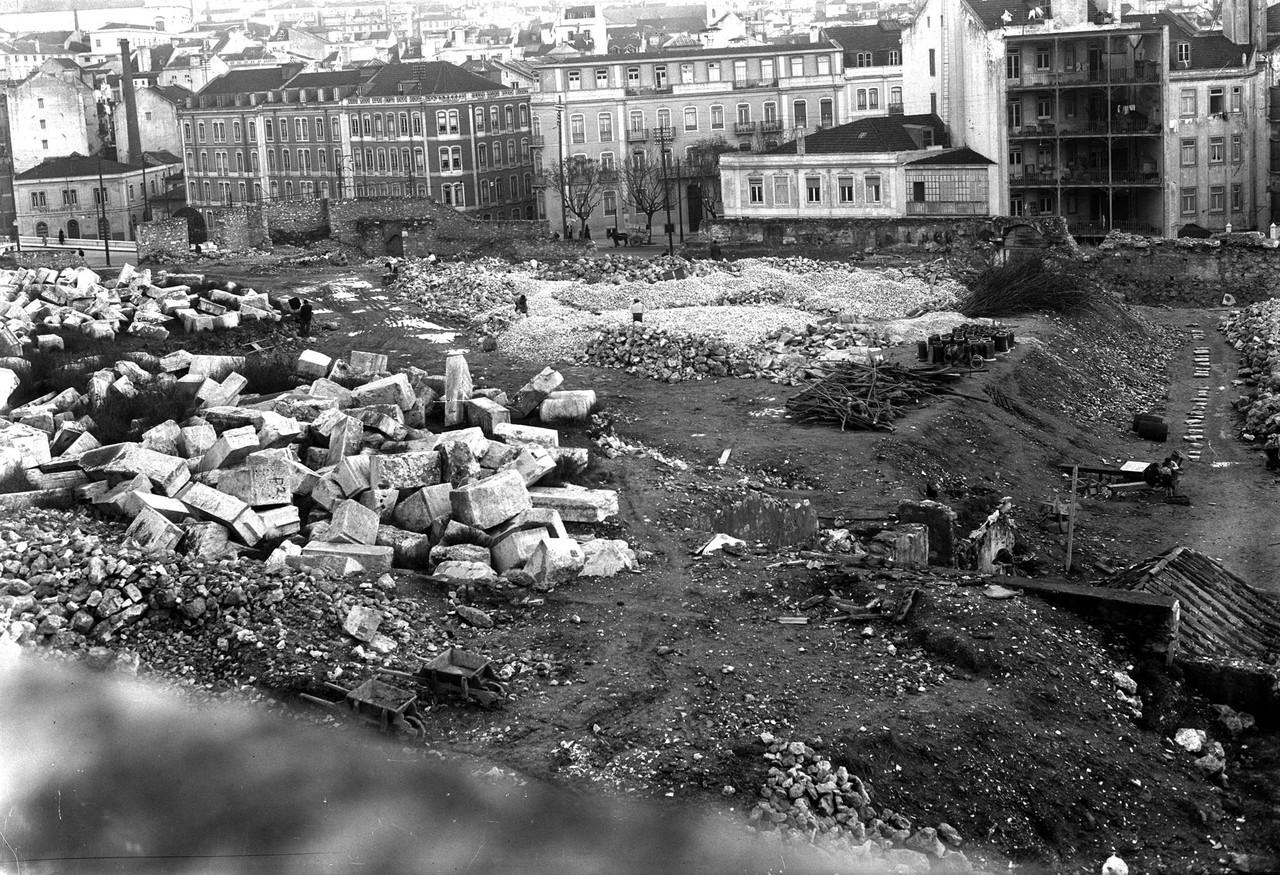 Obras municipais em terrenos junto da entrada prin