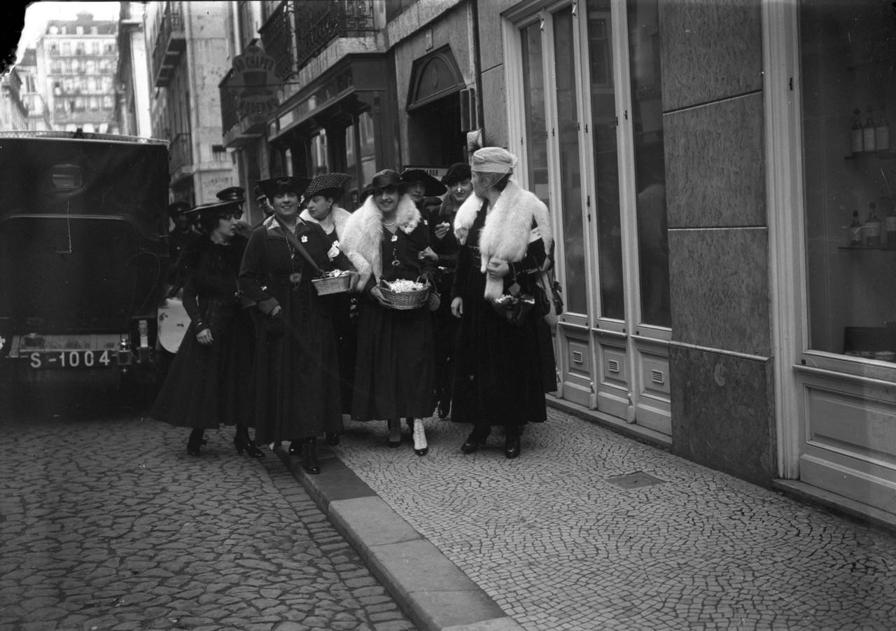 Primeira venda da flor, Março de 1917, foto de Jo