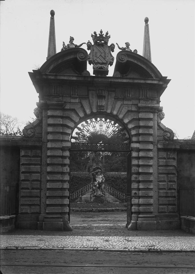 Palácio da Palhavã, portão, fotógrafo ni, in a