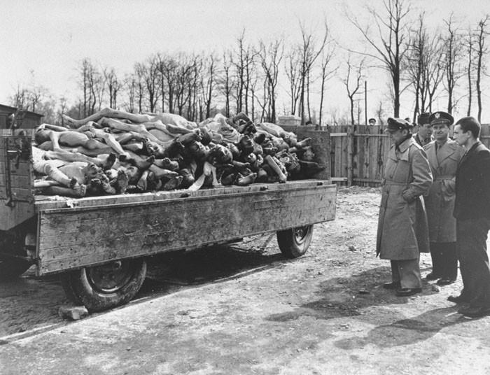 soldados americanos Buchenwald, 11 Abril 1945.jpg