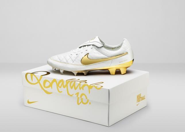 Nike_Football_Ronaldino_Tiempo_Gold_BOX_hero_44689