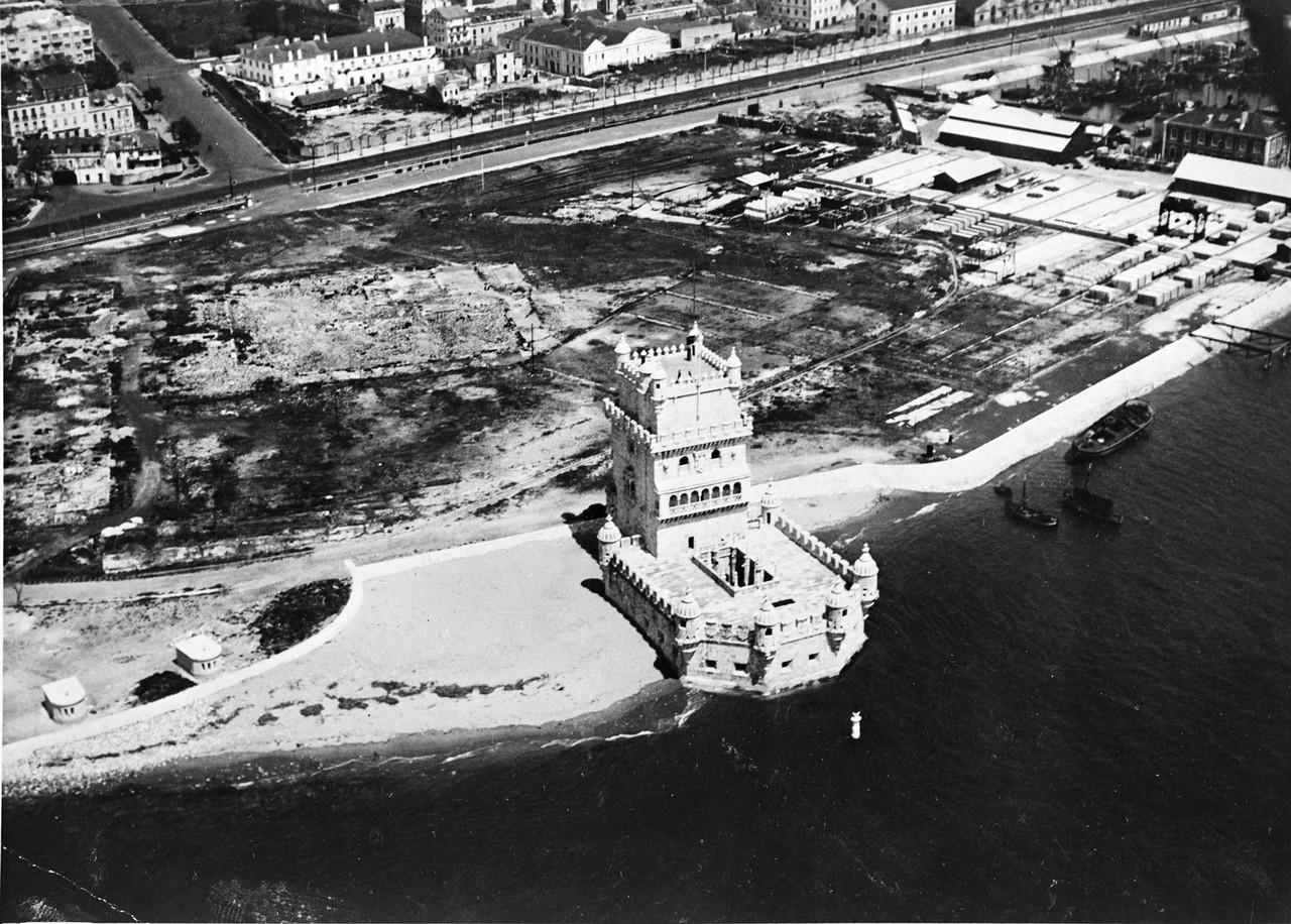 Fotografia aérea da Torre de Belém,anos 50 foto