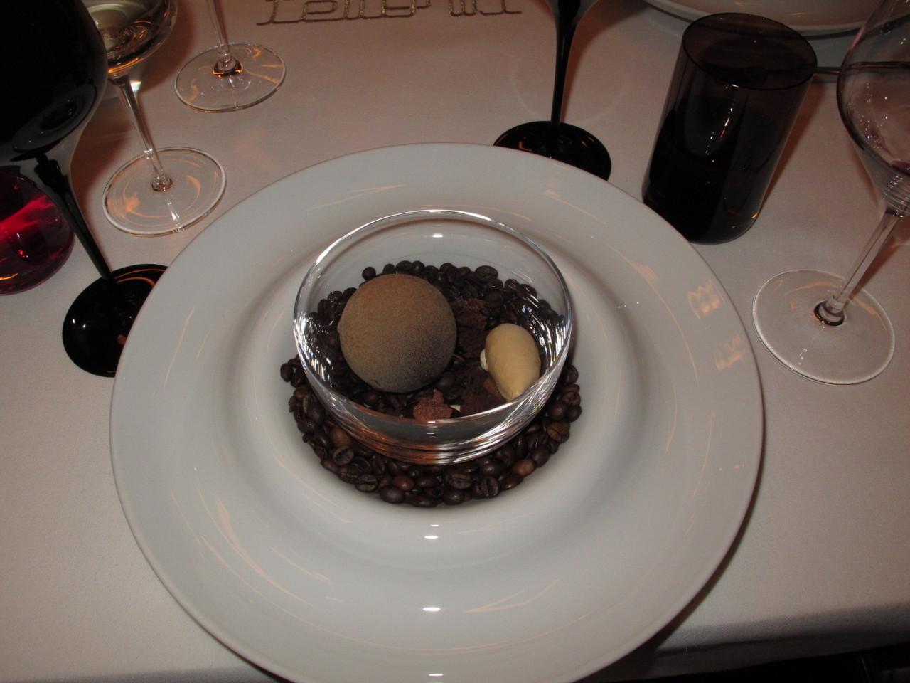 Numa sobremesa decorada com grãos de café...
