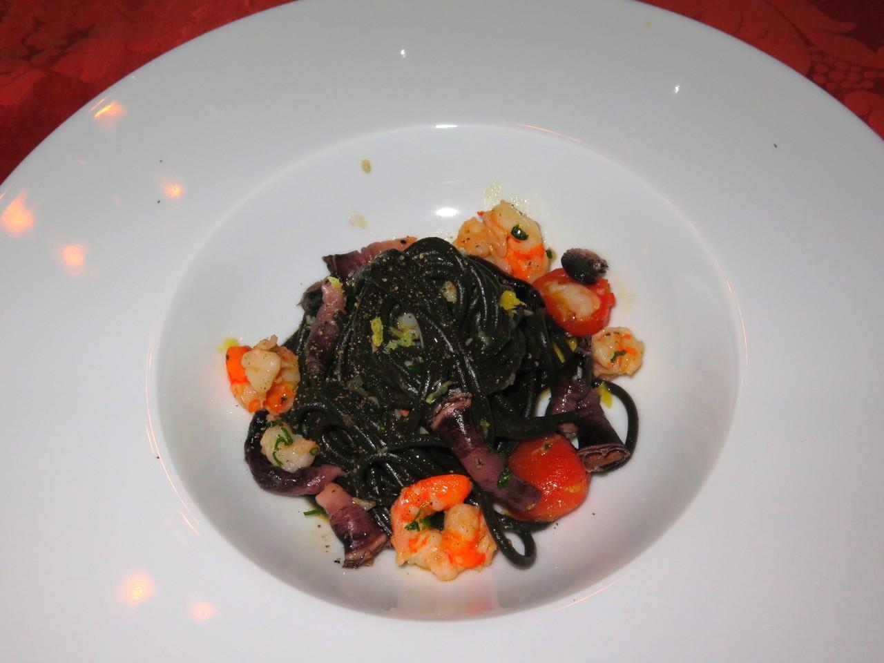 Spaghetti nero con gambretti di Algarve e percebes di Berlengas