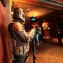 Boba Fett controla a entrada da sala