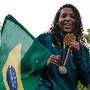 Rafaela Silva mostra o ouro na Cidade de Deus
