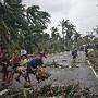 Crianças brincam depois Tufão Hagupit, Filipinas