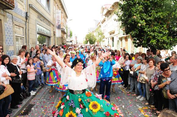 Batalha das flores é ponto alto da festa de maio