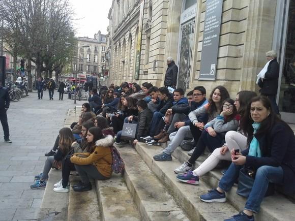 Alunos à porta do Museu de Aquitaine_cenon