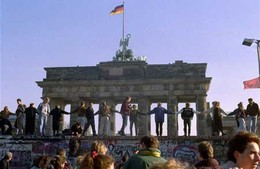 Berlin-wall-dancing.jpg
