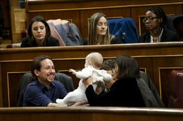 Deputada Podemos leva filho parlamento, Espanha