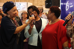 Ministra das Comunidades canta com Celina Pereira