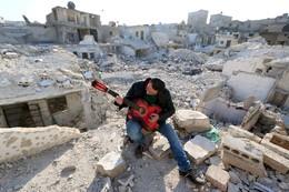 Homem toca guitarra escombros Aleppo, Síria