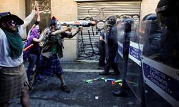 Manifestantes contra a polícia Barcelona, Espanha