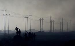 Crianças campos petrolíferos arder Qayyara, Iraq