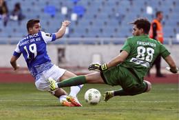 André Silva disputa uma bola com Pedro Trigueira