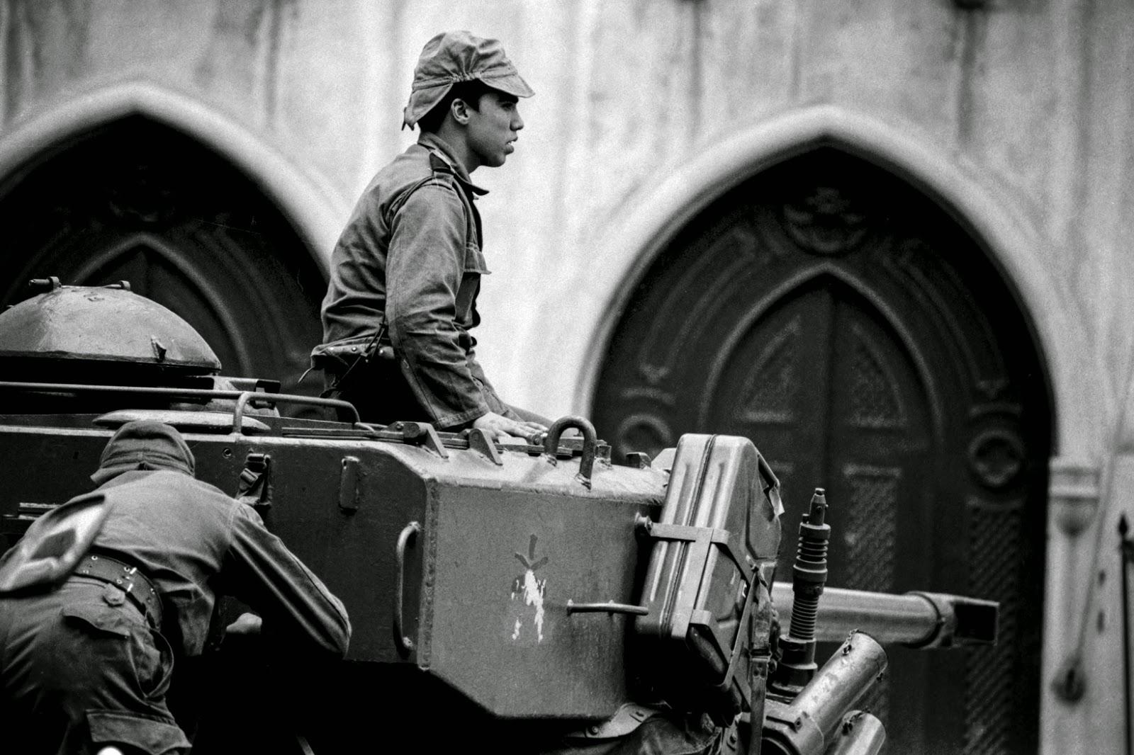 Militar frente ao quartel do Carmo em carro blinda